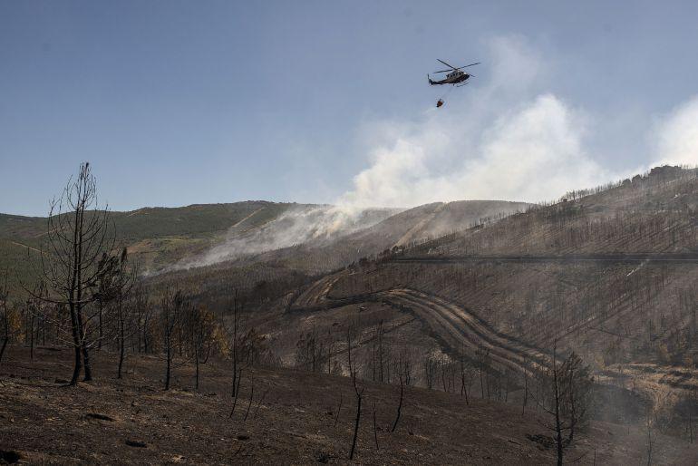 Los efectivos refrescan la zona quemada en Verín
