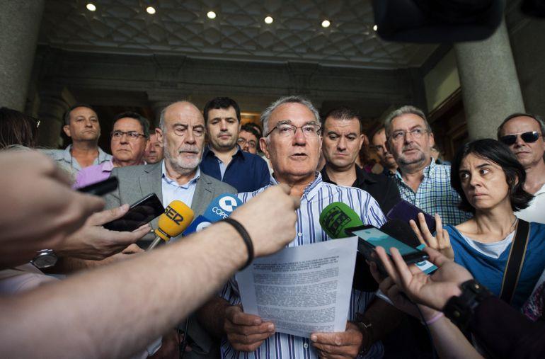 Alfredo García (centro) en el acto por el que se pide su reprobación
