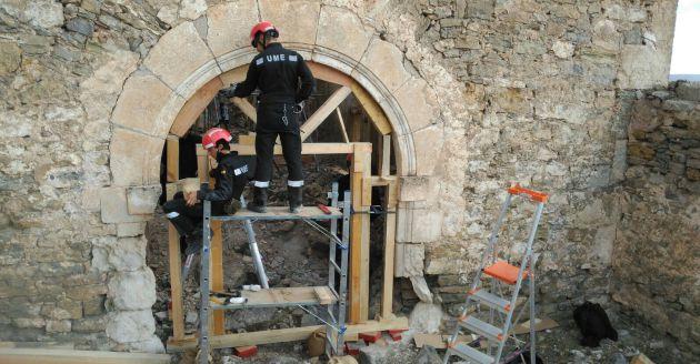 Trabajos de la UME en la iglesia de San Bartolomé de Moya.