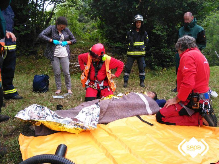 Los equipos de rescate atienden al montañero, que presentaba síntomas de hipotermia y policontusiones.