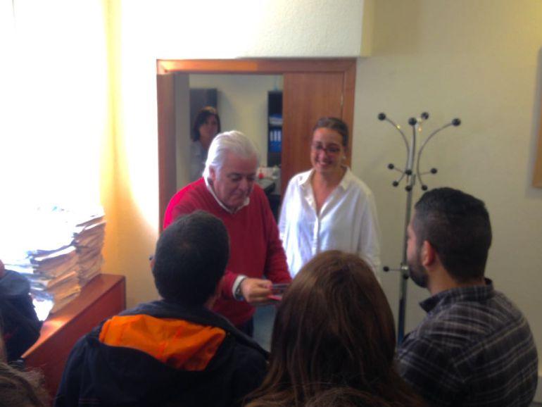 Los concejales de Somos entregan las invitaciones para la Feria a Fernando Fernández Ladreda y Covandonga Díaz.