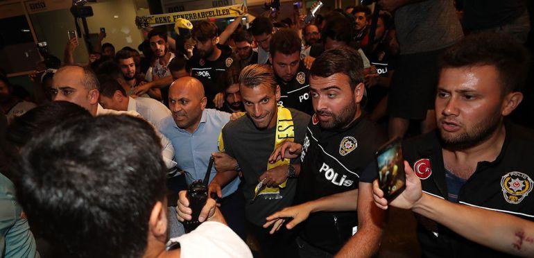 Roberto Soldado evita a la gran multitud que le esperaba en el aeropuerto, acompañado de fuertes medidas de seguridad