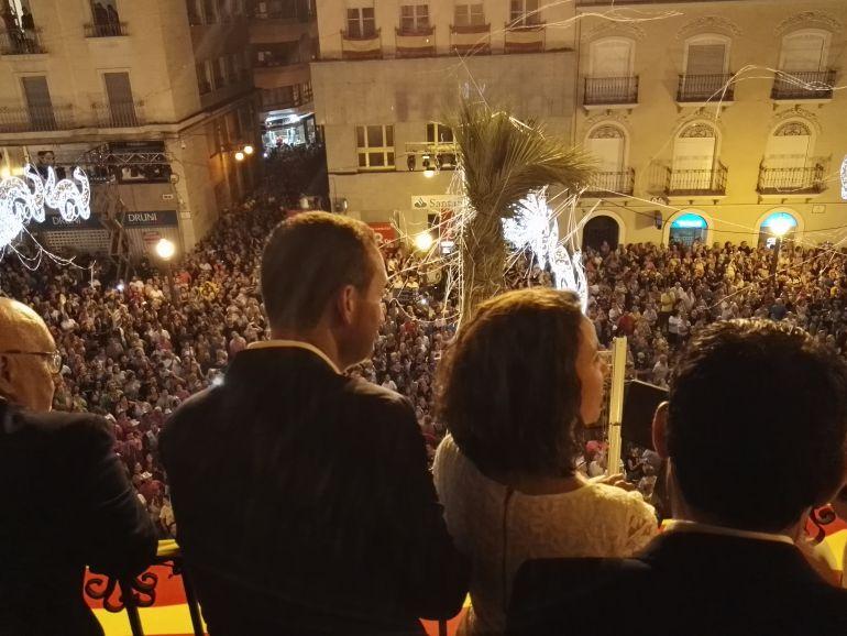 La plaza de Baix llena de gente para escuchar el pregón de Diana Palazón