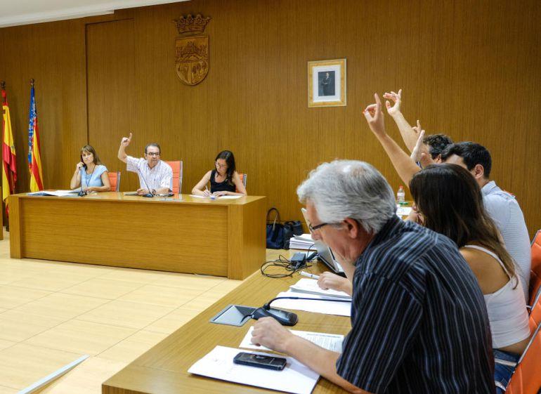 El alcalde, Juanjo Herrero, y parte de los concejales del equipo de gobierno en pleno en Sax