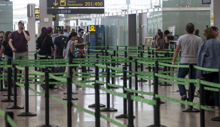 UGT convoca paros parciales en los aeropuertos de A Coruña y Santiago