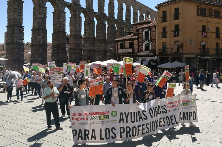 Cerca de dos centenares de agricultores se han manifestado por el centro de Segovia.