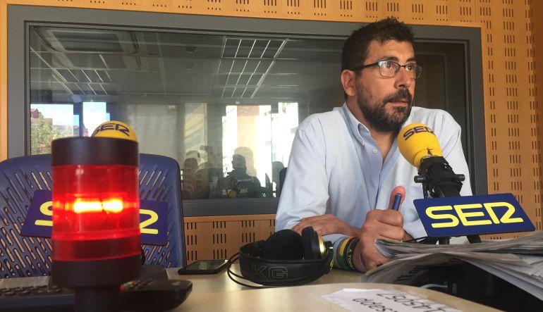 El concejal, Alberto Bustos, en los estudios de la SER