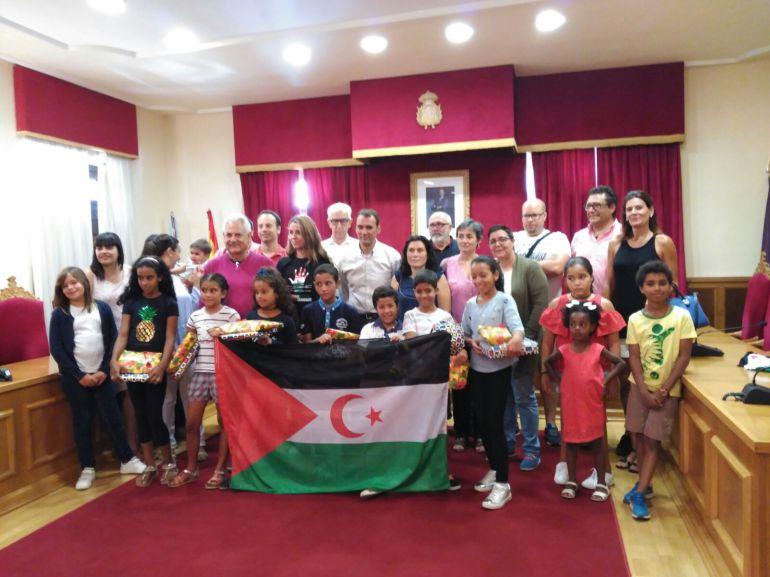 Enrique Cabaleiro recibiendo en alcaldía a los niños saharauis