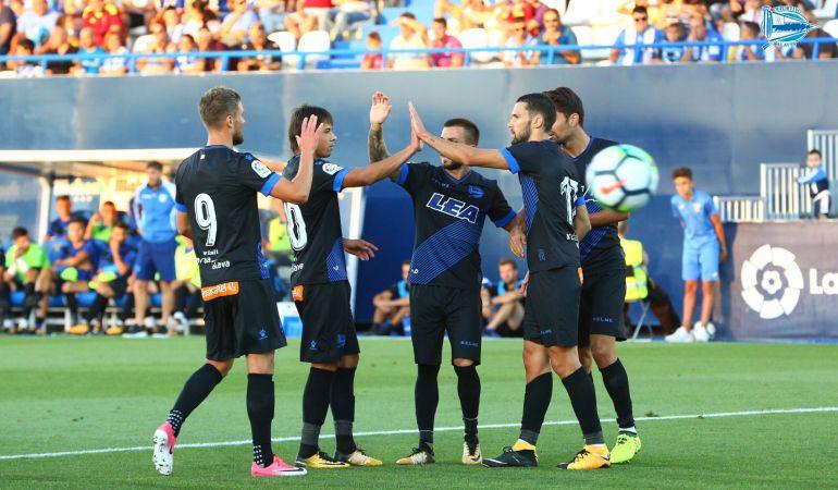 Los jugadores del Alavés celebran el 0-1 marcado por Alfonso Pedraza.