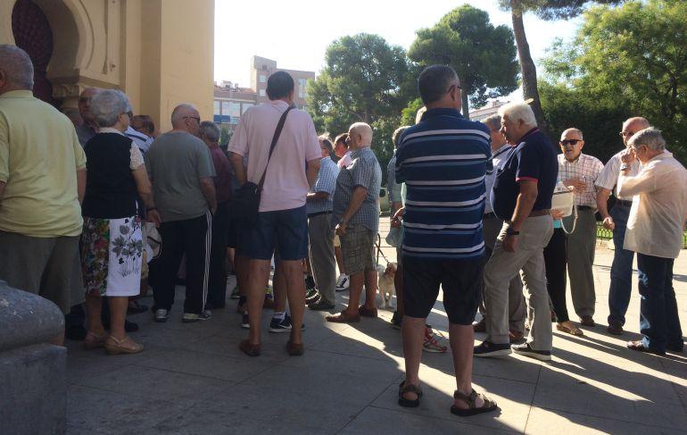 Los aficionados taurinos a las puertas de la Plaza de Toros de Albacete para comprar las entradas