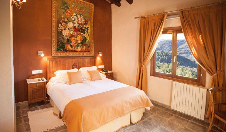 Una habitación de un hotel con encanto en l'Alcoià, adherido a la Asociación.