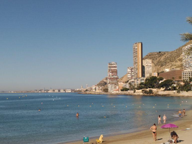 Playa de la Albufereta en una imagen de archivo este verano