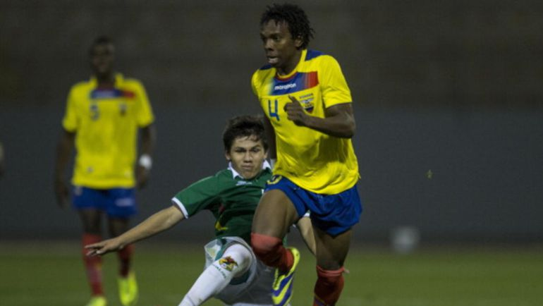 Corozo controla un balón ante un rival en un partido con Ecuador