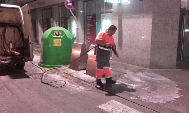Limpieza de contenedores por la noche en Elda