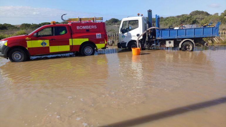 Los bomberos achicando agua en el aparcamiento