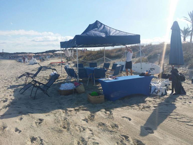 Una de las carpas que se habían instalado en la playa