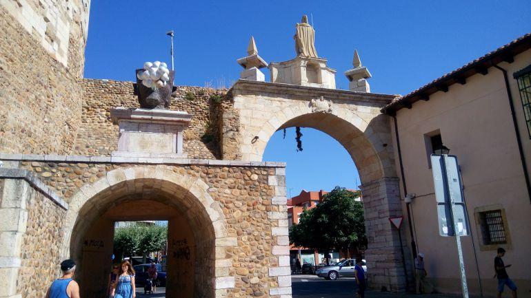 Arco de la Cárcel donde se encuentra uno de los bolardos de acceso al casco histórico.