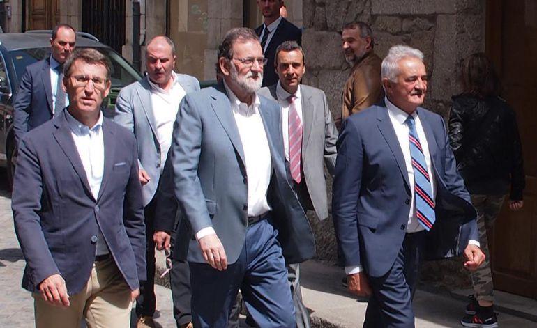 Feijóo (izda), Rajoy (centro) y el alcalde de Chantada, Manuel Varela (derecha)