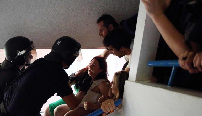 Policías desalojando a una familia de su casa
