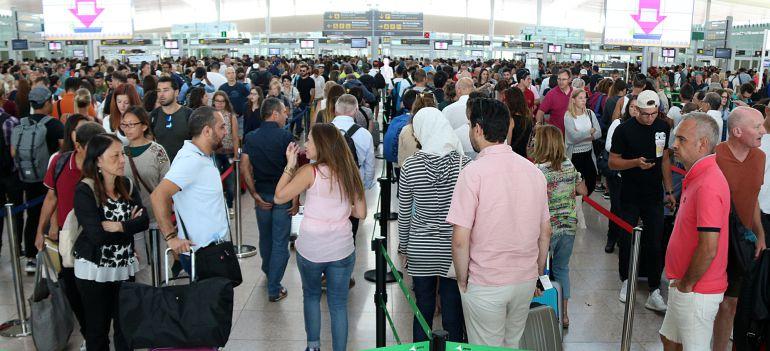 Colas en el aeropuerto de El Prat este viernes