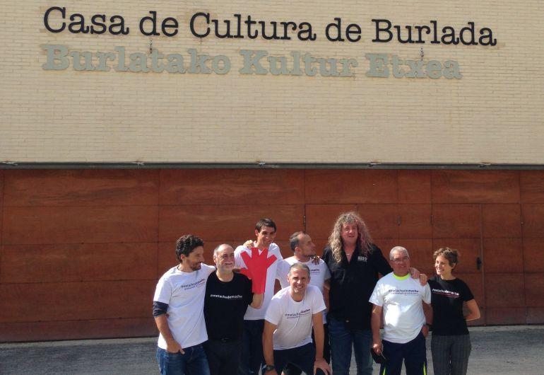 Parte de los protagonistas del video minutos después de su presentación en Burlada