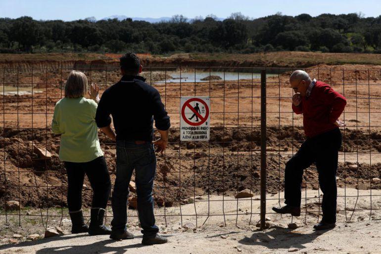 Vecinos observando las obras
