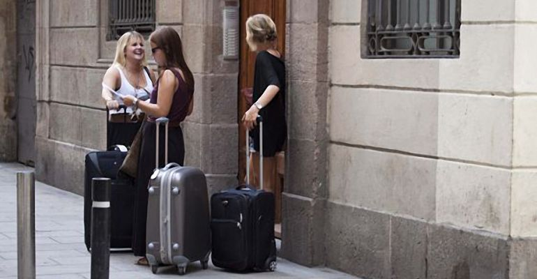 Turistas, a las puertas de un piso turístico, en nuestro país.