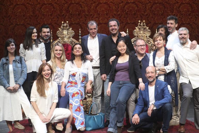 Los protagonistas de la ópera 'Las bodas de Fígaro', de Mozart, posan en el escenario del auditorio Kursaal de San Sebastián, antes de la la presentación de la obra en el marco de la Quincena Musical donostiarra, junto al director del festival, Patrick Alfaya.