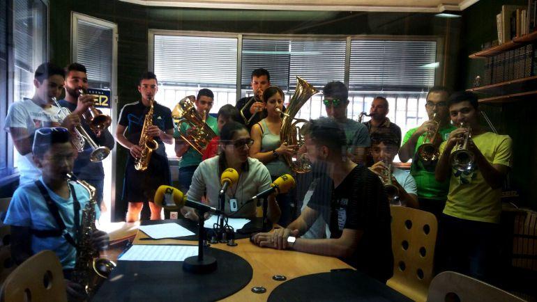 Una docena de componentes de la Big Band Theory interpretan 'Viva la vida' en los estudios de Radio Cuéllar