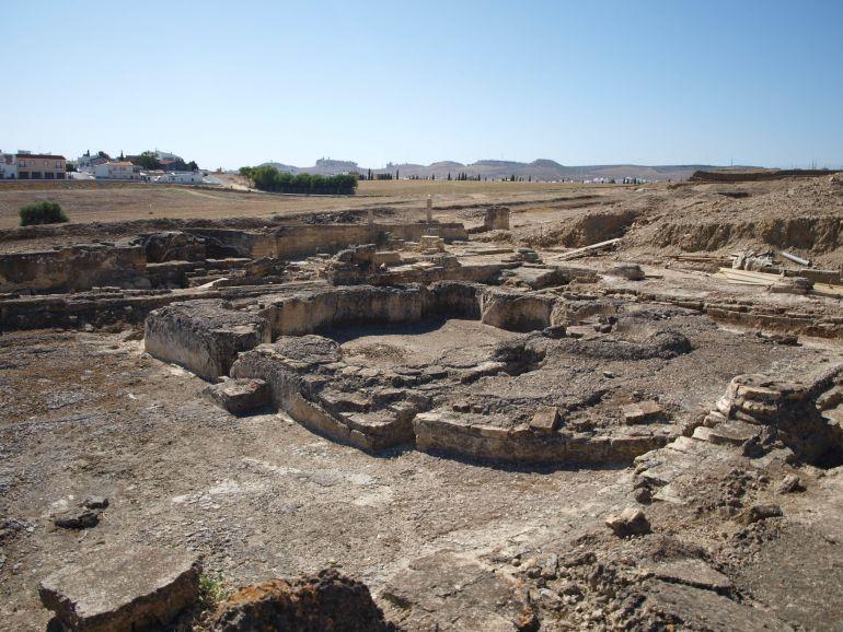 Hallan en Itálica un lecho de banquetes de la época romana único en España