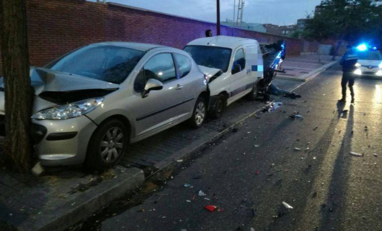 El vehículo chocó contra dos coches aparcados en la avenida de Segovia