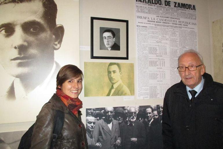 Ángel Antón junto a su nieta Esther en la sede socialista de Zamora