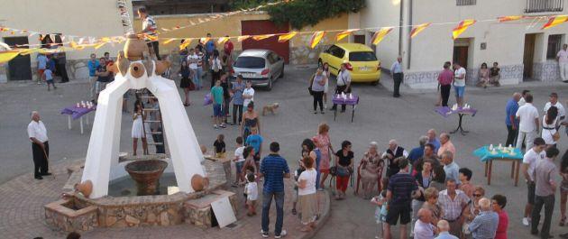 Los vecinos celebran la fiesta entorno a su fuente.