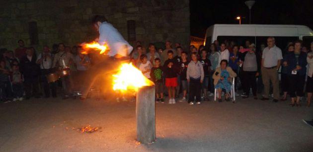 Los jóvenes saltan el vaso de colmena encendido.