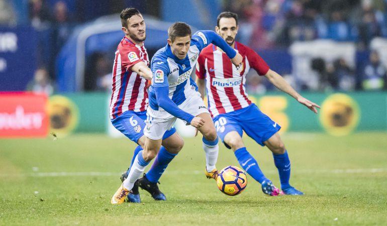 Szymanowski, del C.D. Leganés, se zafa de los atléticos Koke y Juanfran durante el partido de la pasada temporada en el Vicente Calderón