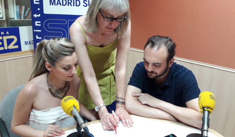 Delia Pisa (i) y Gonzalo Montaño, de la Fundación Secretariado Gitano, junto a Pilar García, momentos antes de iniciarse la entrevista