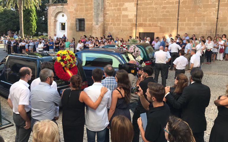 Los féretros a la llegada de la iglesia en Ronda donde se ha celebrado la misa funeral este viernes