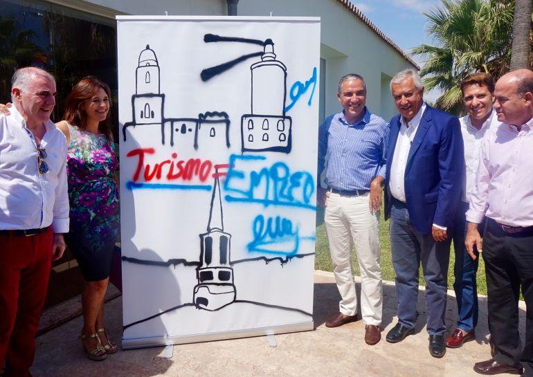 Elías Bendodo con Javier Arenas, en el acto en defensa del turismo