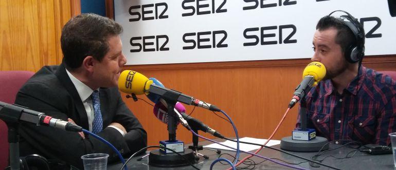 El presidente de Castilla-La Mancha (i) junto al presentador de Hoy por Hoy Castilla-La Mancha, Víctor García