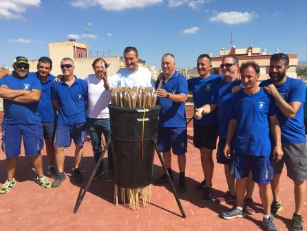 El alcalde y el portavoz del Partido de Elche colocando cohetes