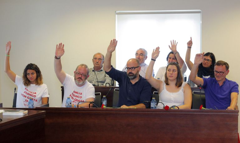 Momento en el que el pleno de la localidad coruñesa de Sada vota unas iniciativas encaminadas a la incorporación del Pazo de Meirás a patrimonio público y que sea la el ayuntamiento quien gestione las visitas al inmueble