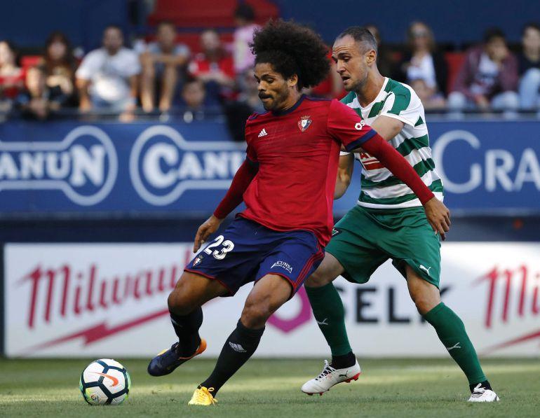 El jugador de Osasuna Aridane (i) y el del Eibar Capa, en una jugada del partido amistoso