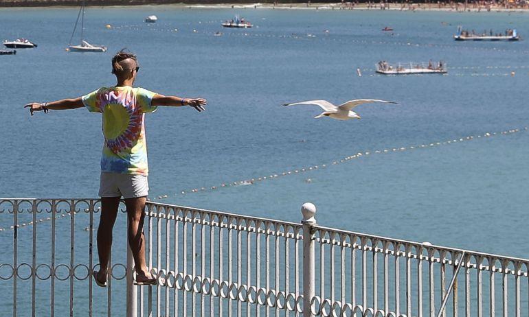 Un turista disfruta de las vistas de la bahía de La Concha la pasada semana en San Sebastián.