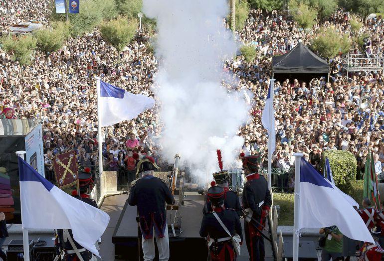 Un momento del tradicional cañonazo a cargo de la Escolanía del Coro Easo y representantes de Kresala Elkartea con el que comienzan las fiestas de la Semana Grande de San Sebastián.