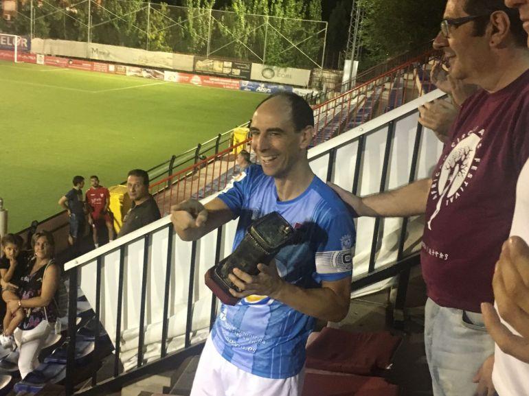 El capitán Chema recogiendo el Trofeo Villa de Pinto