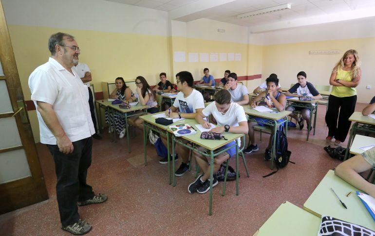 El consejero de educación durante una visita al centro escolar Juan de Juni de Valladolid