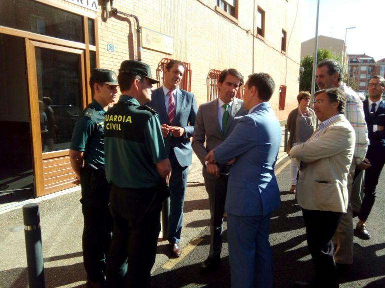 El Consejero de Foemnto conversa con el alcalde de Benavente Luciano Huerga