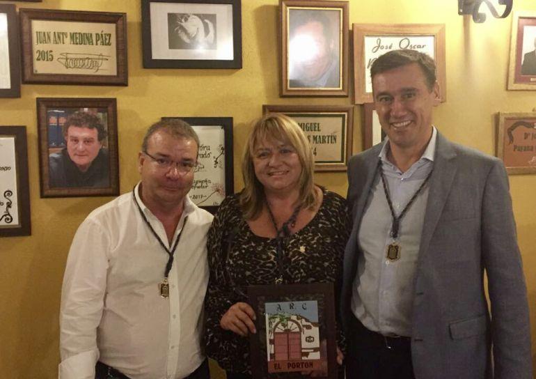 El presidente de la Peña El Portón junto a Aurora Guirado y el director de SER Málaga, Javier García