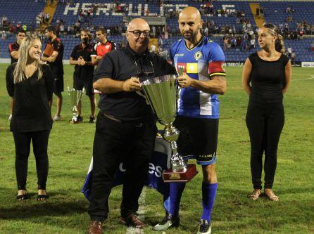 Ramírez entrega a Chechu Flores el Trofeo Ciudad de Alicante