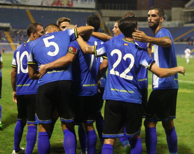 Los jugadores celebran el gol de Chechu (1-1)